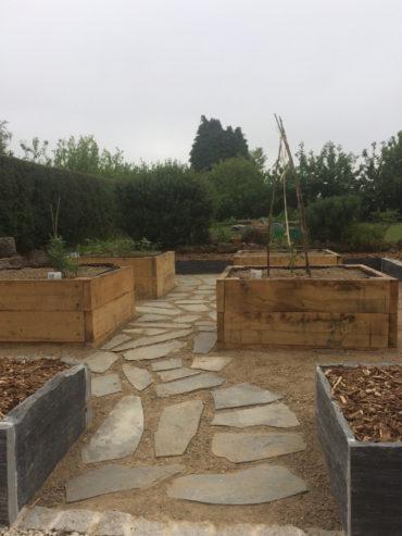Pas japonais enherbés permettant accès au jardin potager - Chevallier Paysage
