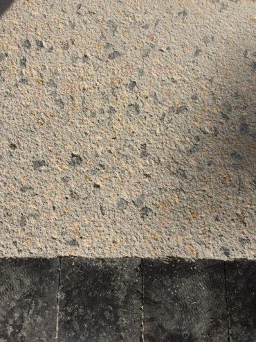 Réalisation d'un béton décoratif La Houle avec mise en place d'une chaînette de pavés en périphérie - Chevallier Paysage