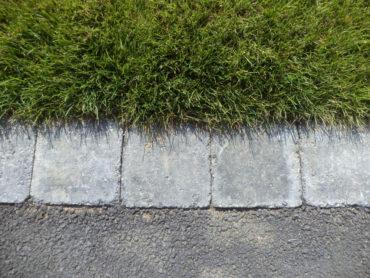 Mise en place d'une chaînette de pavés en périphérie - Chevallier Paysage