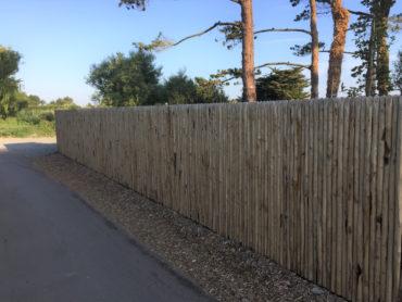 Réalisation d'une clôture en panneaux de châtaignier jointif - Saint-Briac- Chevallier Paysage