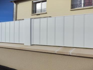 Réalisation d'une clôture en PVC sur muret - Chevallier Paysage