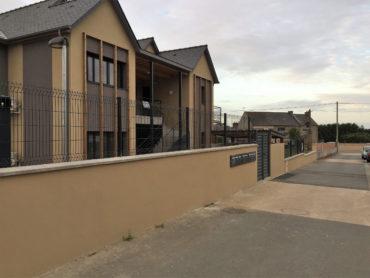 Mise en place d'une clôture en panneaux rigides sur muret - Chevallier Paysage