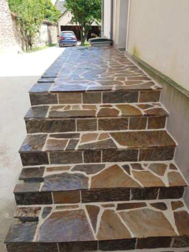 Habillage de l'escalier existant en opus incertum - Chevallier Paysage
