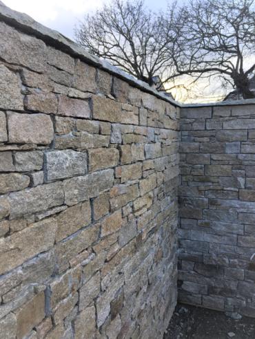 Mur maçonné et habillé en pierre de placage - Chevallier Paysage