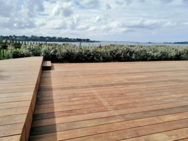 Réalisation d'une terrasse en bois exotique vue mer - Chevallier Paysage