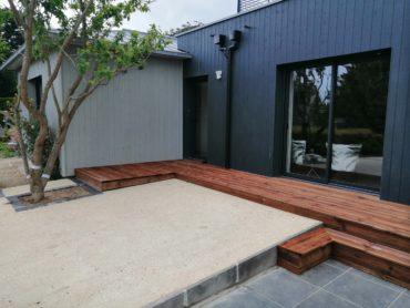 Terrasse en lames de bois et accès en béton décoratif - CHEVALLIER Paysage
