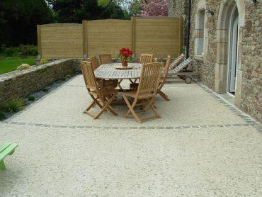 Terrasse en béton décoratif avec une chaînette de pavés - Chevallier Paysage